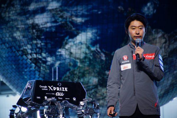 新ユニフォームを着た袴田さんとローバー